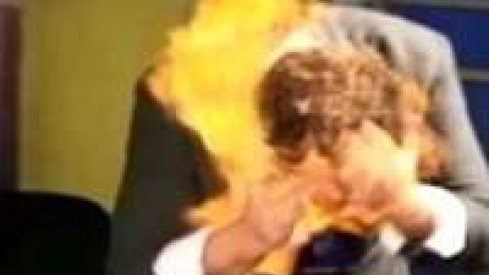 Scherzo finisce male: presentatore dà fuoco a prestigiatore