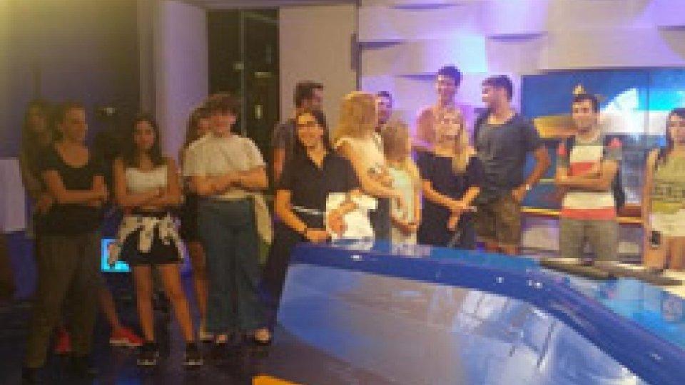 I ragazzi nello studio del tgI ragazzi dei soggiorni culturali in visita alla San Marino Rtv