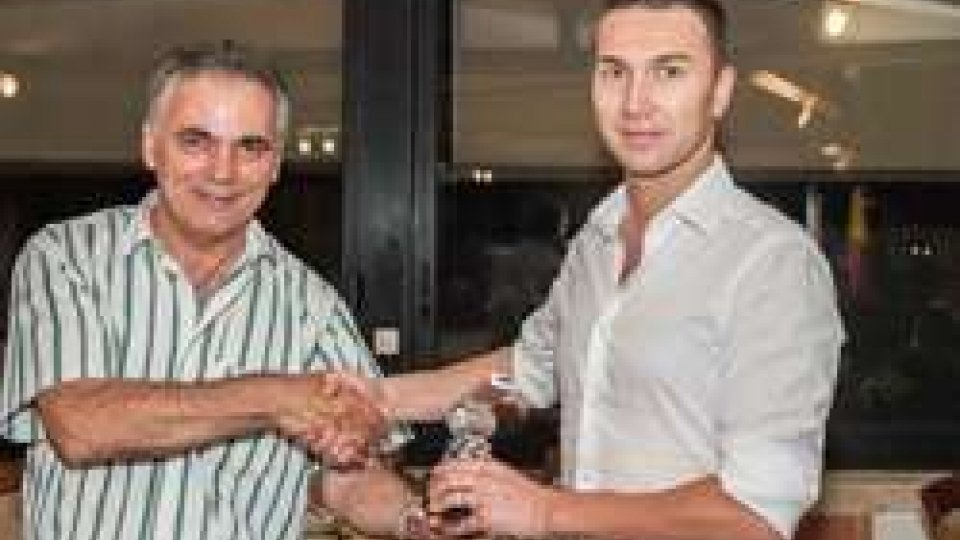 Luca Barbeno premiato dal Presidente ASA Busignani durante calcio estate 2016