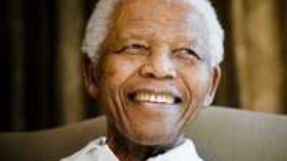 Nelson Mandela tenuto in vita artificialmente