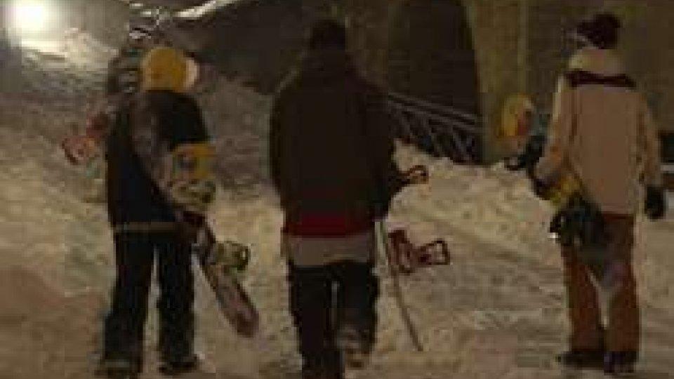 Ragazzi si divertono con lo snowboardNeve: imbiancata la parte alta della Repubblica