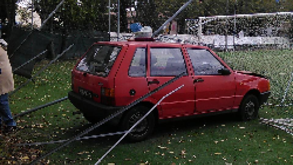 Rimini: spettacolare incidente, passa indenne tra pali e alberi e finisce sul campo di calcio