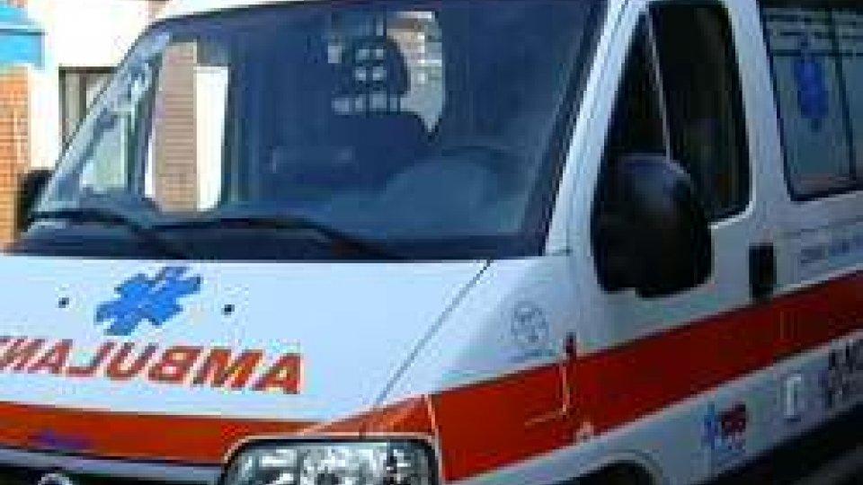 Rimini, grave incidente stradale nei pressi del centro commerciale Le Befane: grave una 22enne