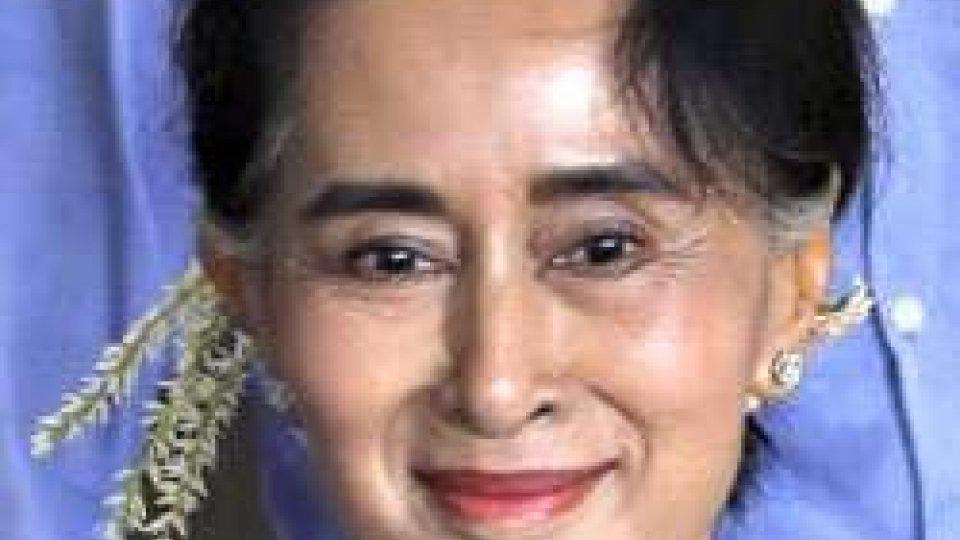 Aung San Suu Kyi riunisce i capi religiosi di Myanmar