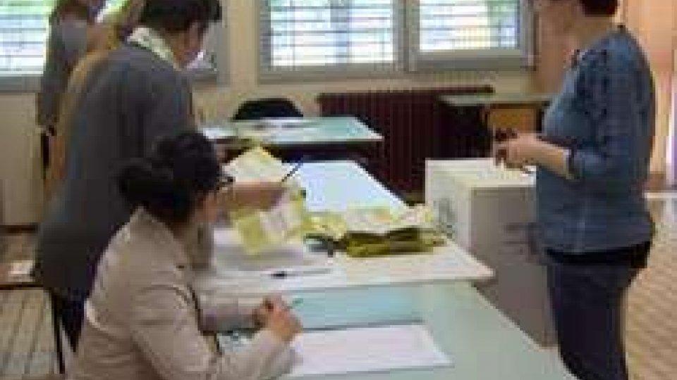 Seggio scuola media BertolaTrivelle: affluenza superiore alla media nazionale per la provincia di Rimini