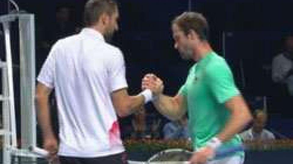 Federer rischia, poi va avantiFederer rischia, poi va avanti