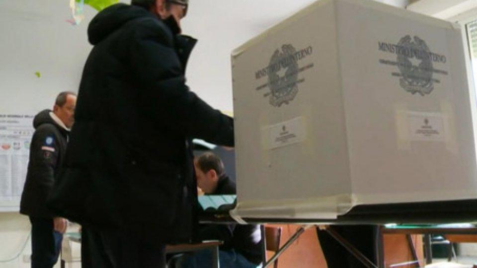 Le urne sardeSardegna, secondo successo alle regionali per il centrodestra. Ma per il governo non ci sono i numeri