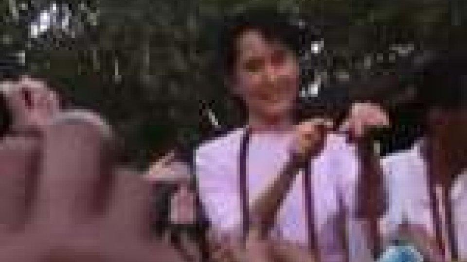 Bagno di folla per Aung San Suu KyiBagno di folla per Aung San Suu Kyi