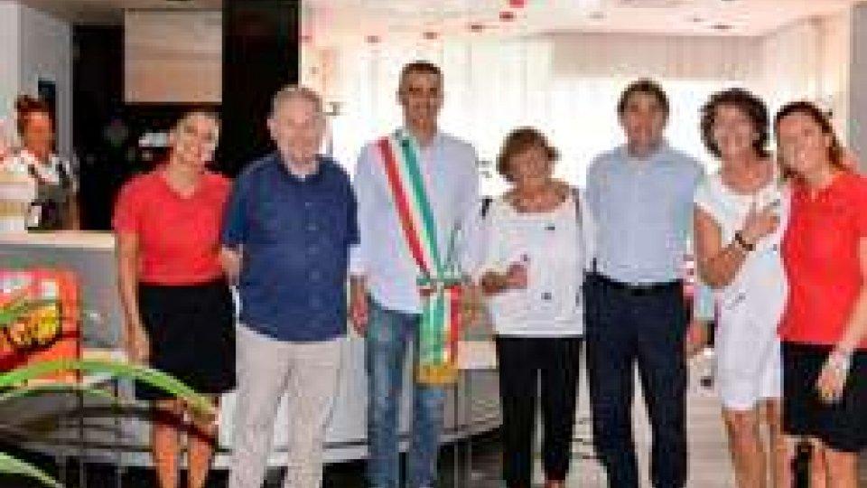 Nozze di rubino e nozze di ferro con Rimini: ancora turisti fedeli  premiati dall'Assessore Sadegholvaad