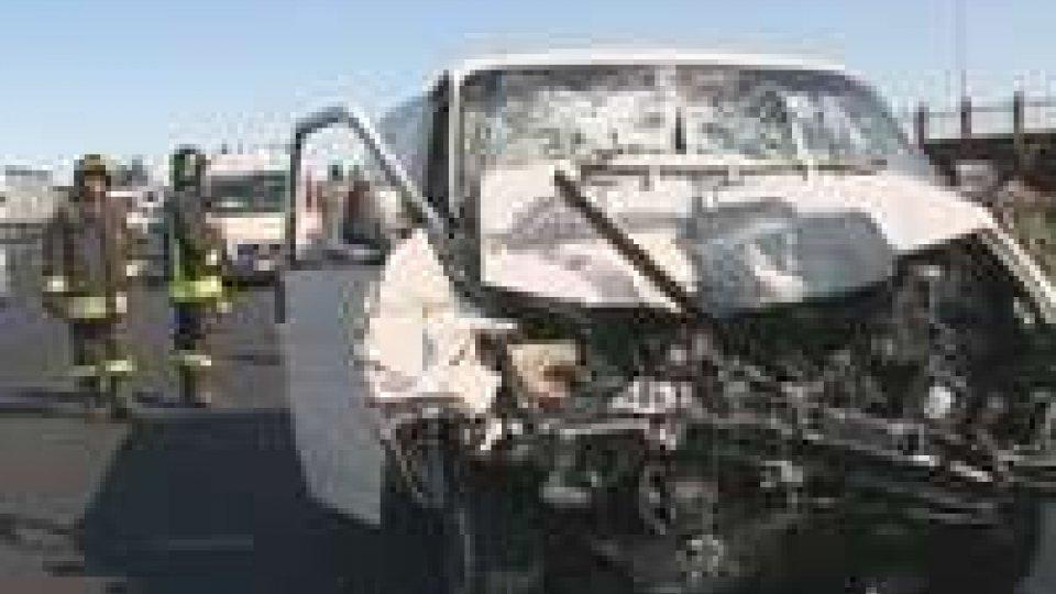 Grave incidente in A14: tre feriti, uno grave