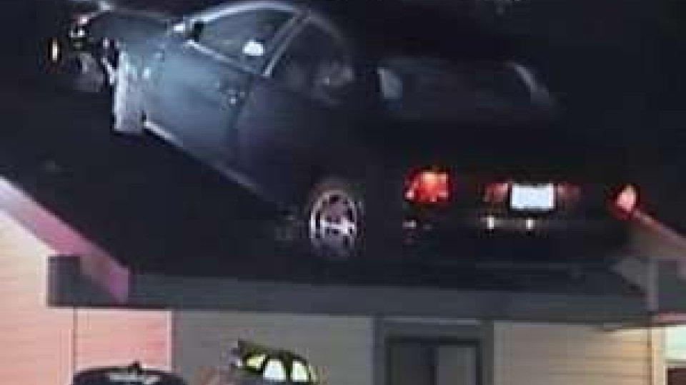 Auto sul tetto di una casa in California