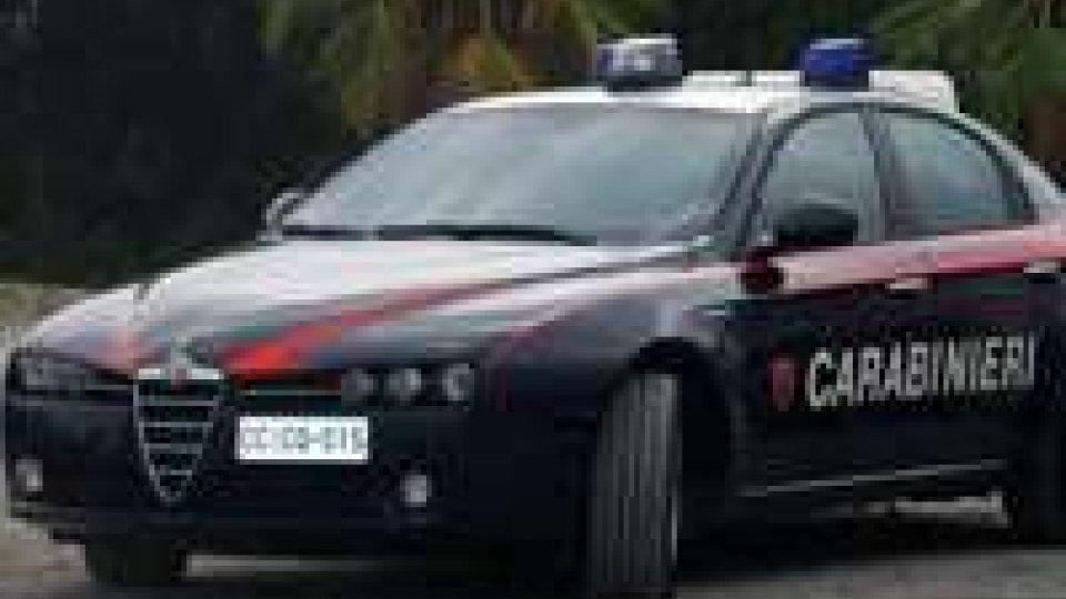 Carabinieri tentano di soccorrere uomo che li prende a pugni