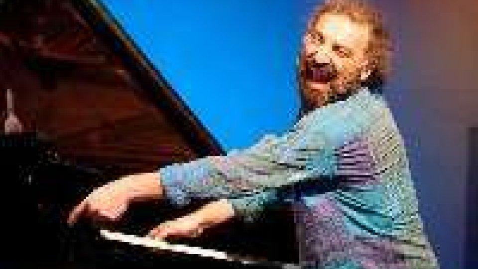 Stefano Bollani torna solista e diventa cantautore