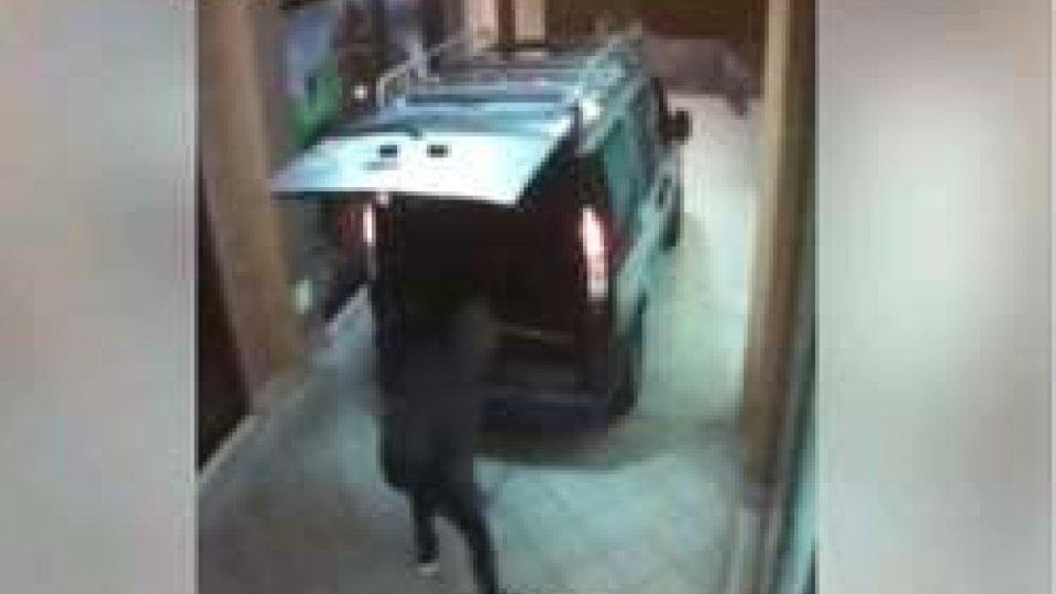 il furto ripreso dalle telecamere del locale