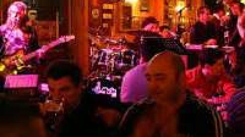 """Pub riminese festeggia 50 anni con il """"ritorno"""" alla lira"""