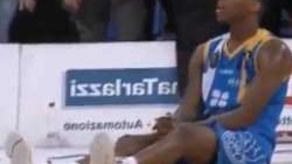 Un incredulo Dominque Archie nel momento decisivo.Basket, Pesaro batte Capo d'Orlando nel finale