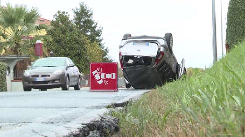 Incidente a Coriano[VIDEO] Asfalto reso viscido dalla pioggia, giovane donna cappotta con l'auto a Coriano