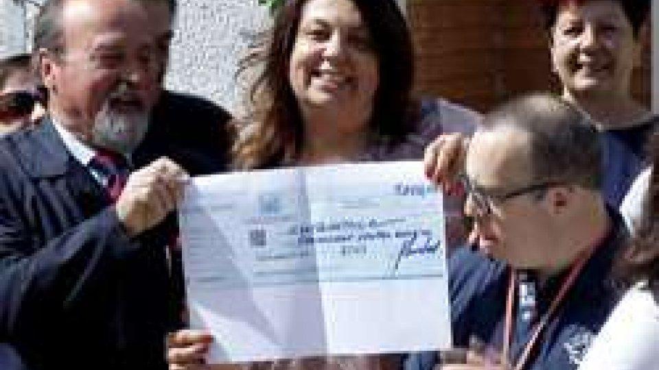 """la consegna dell'assegnoGli ULIVI dell'USTAL diventano il """"Sogno di una casa"""""""