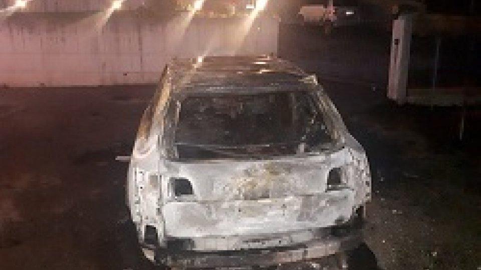 La rimozione dell'autoSerravalle: auto prende fuoco improvvisamente, illese mamma e bimba