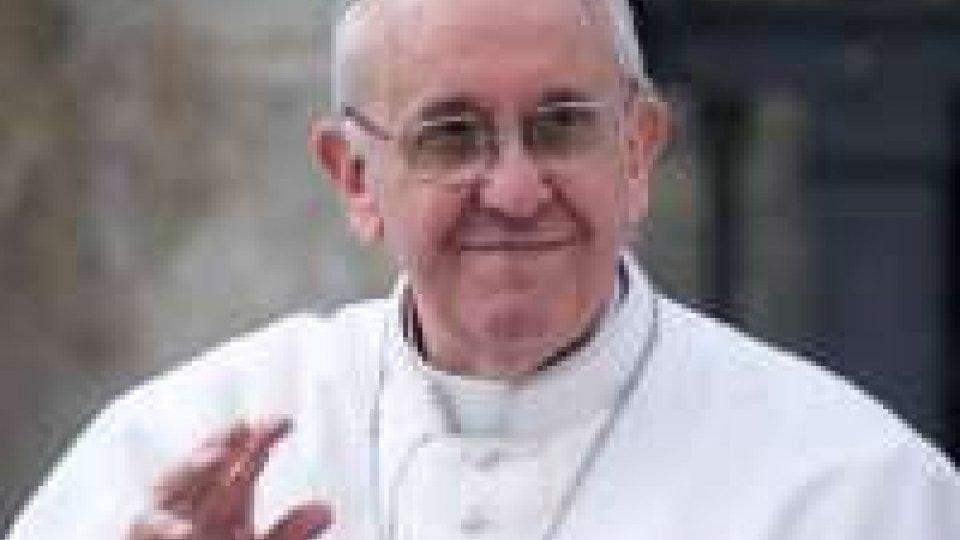 Papa: si cambia zucchetto con uno datogli da un fedele