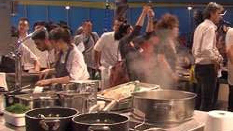 Il tendoneAl Méni: un circo di farina, tortellini e parmigiano con gli chef stellati