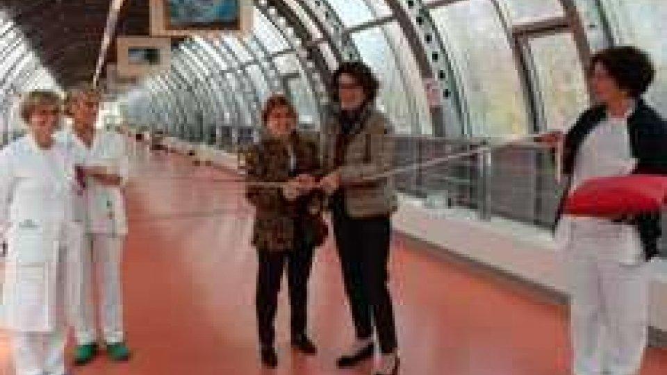"""""""Guardando il cielo"""": mostra pittorica di Giovanna Benzi nel Tunnel dell'Ospedale Bufalini"""