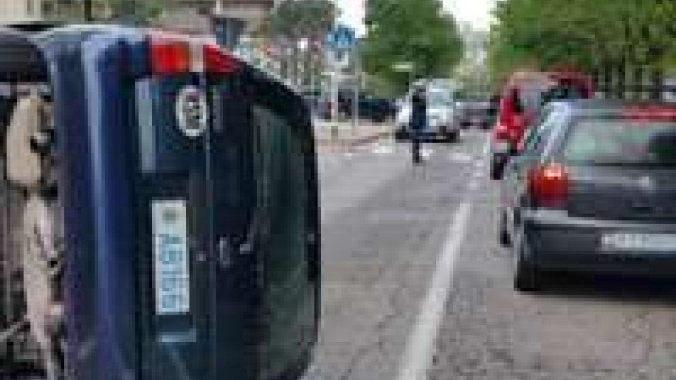 San Marino: scontro davanti alla scuola, auto finisce sul fiancoIncidente in via Ordelaffi a Borgo