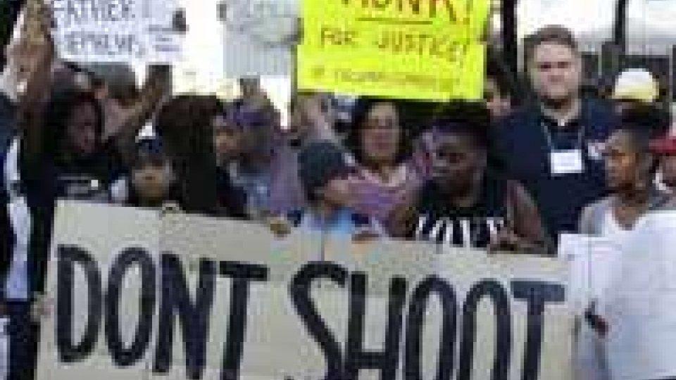 """Ferguson, nuove proteste nella notte. Il ministro della Giustizia oggi in città: """"Inchiesta equa"""""""