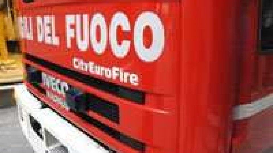 Rimini, incendio a Marina Centro dalla strada ha raggiunto un alloggio: in 6 fuori da finestra