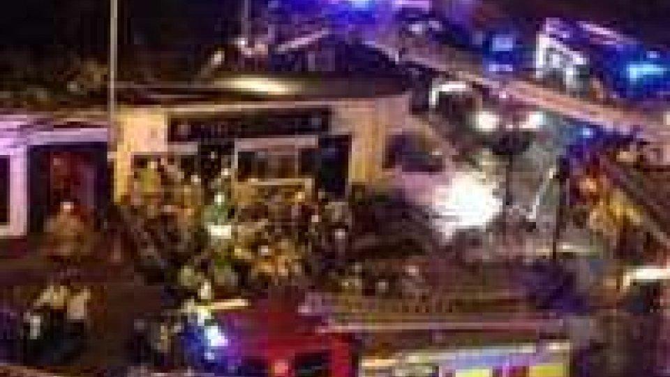 Elicottero polizia cade su pub Glasgow, numerosi feriti