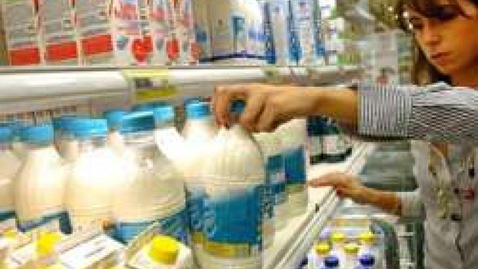 Latte: domani scatta l'etichetta con l'obbligo di provenienza