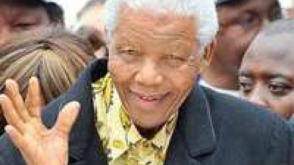 Mandela dimesso, ma le condizioni restano critiche.