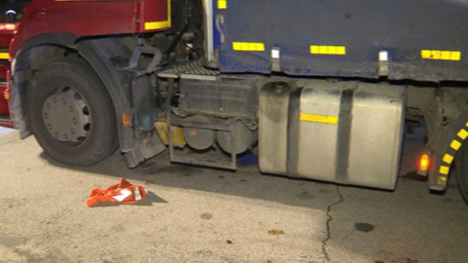 Le immagini dell'accadutoIncidente nella notte a Rimini: camionista schiacciato sotto il suo tir