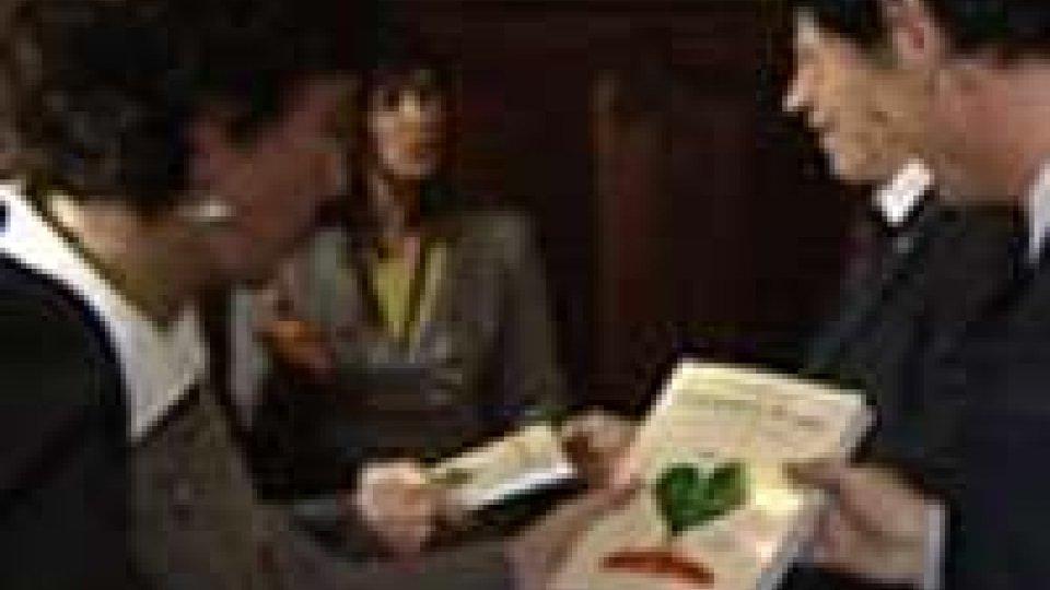 """Ag21 consegna ai Consiglieri una copia di """"Coltivare il futuro"""""""
