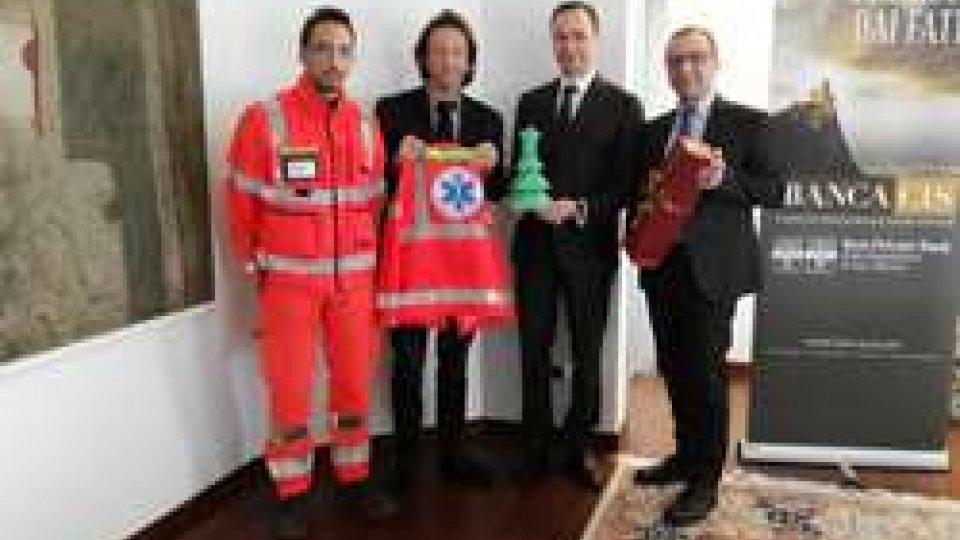 Il dott. Daniele Guidi e Gabriele Geminiani di Banca CIS consegnano il ricavato alla Croce Bianca Azzurra