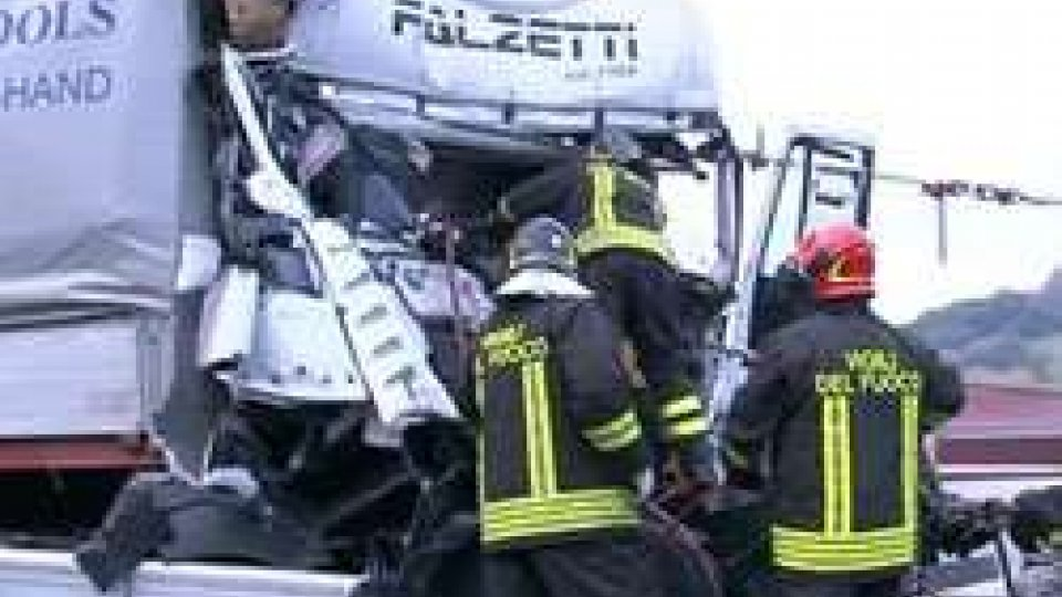 Uscita Rimini SudRimini: grave tamponamento tra tir sulla A14