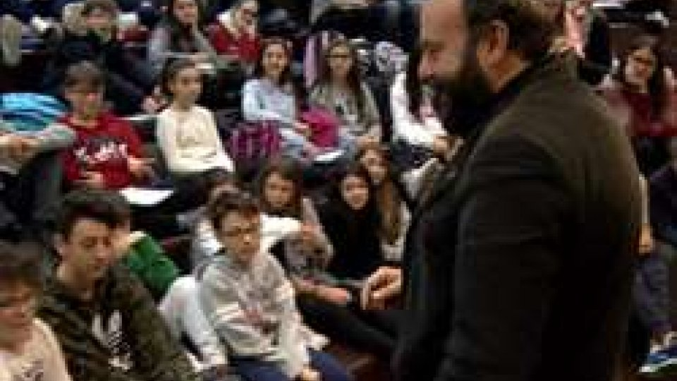 Davide Rondoni e gli alunni della Scuola Media di Serravalle