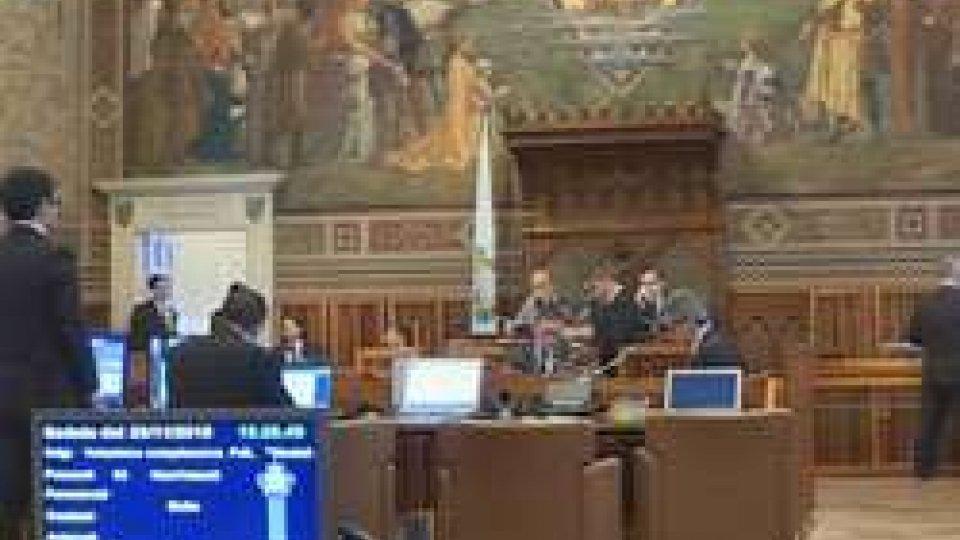 Consiglio: al voto la trasmissione paritaria del cognomeConsiglio: si alla trasmissione paritaria del cognome e al trattamento degli insegnanti della religione cattolica