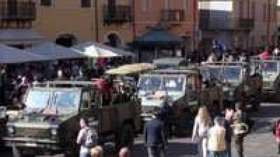 Bersaglieri a Rimini, sfilata a passo corsa con 60 fanfareBersaglieri a Rimini, sfilata a passo corsa con 60 fanfare