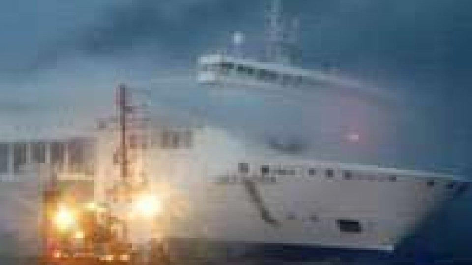Traghetto in fiamme: una vittima, 309 persone salvate. Rotazione di elicotteri per recuperare i passeggeri. E'ora in acque territoriali albanesi. In arrivo la nave militare italiana San Giorgio