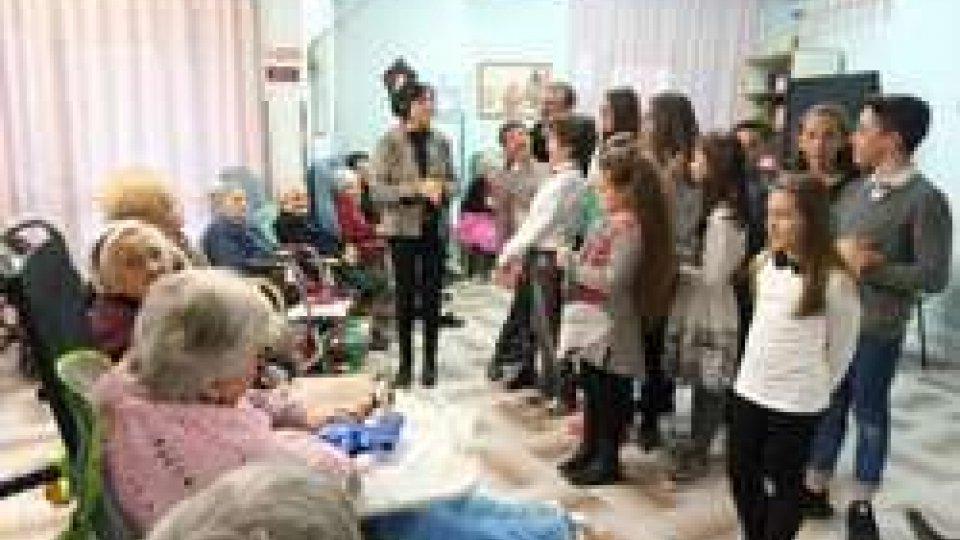 Musica e dolci per la Befana dei nonni della Casa di Riposo