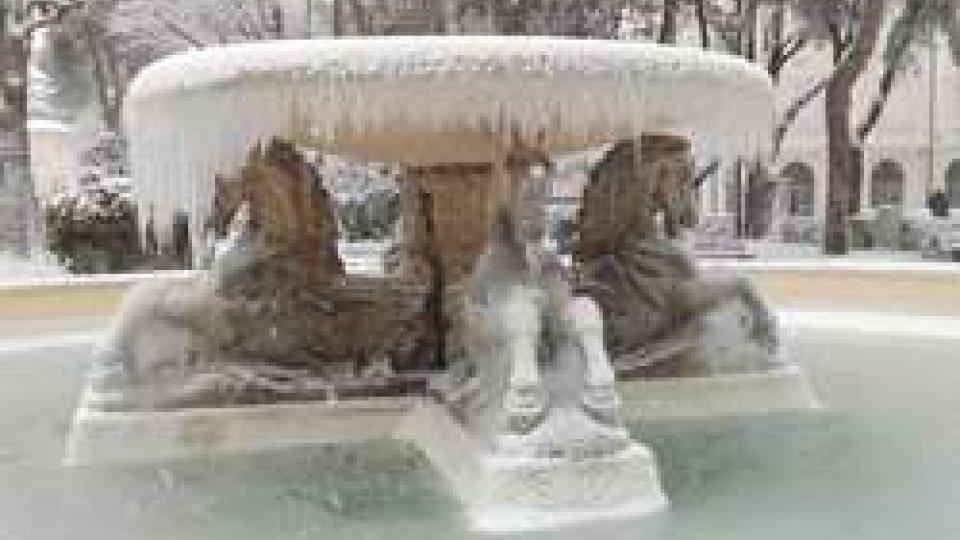"""La fontana dei Quattro CavalliMaltempo: a Rimini scuole chiuse anche a domani, mentre prosegue il """"Piano neve"""""""