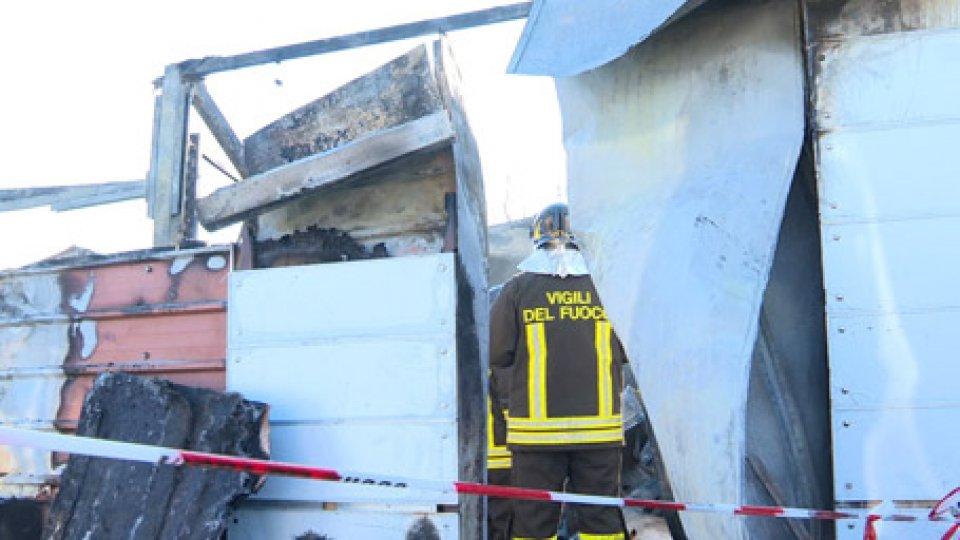 Rimini: violento incendio in magazzinoRimini: violento incendio in magazzino. Due persone lievemente intossicate