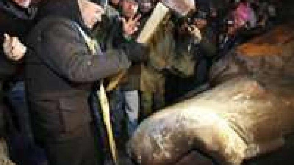 Ucraina: marea umana in piazza, abbattuta statua di Lenin