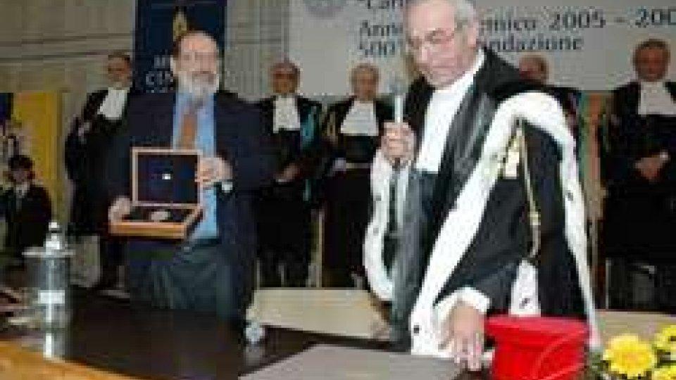 Umberto Eco riceve il sigillo dell'Ateneo dal rettore Giovanni Bogliolo