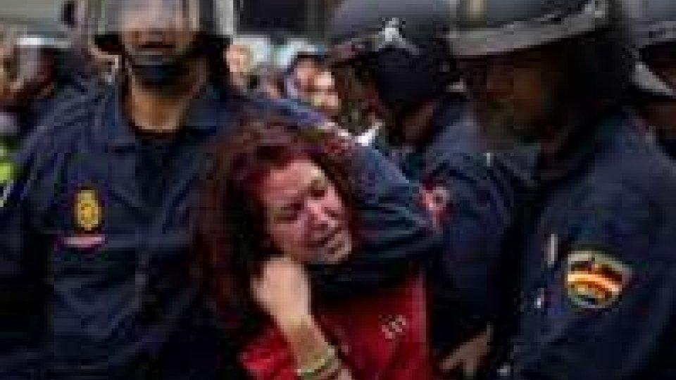 Madrid assediata dagli indignati, 35 arresti e 64 feriti