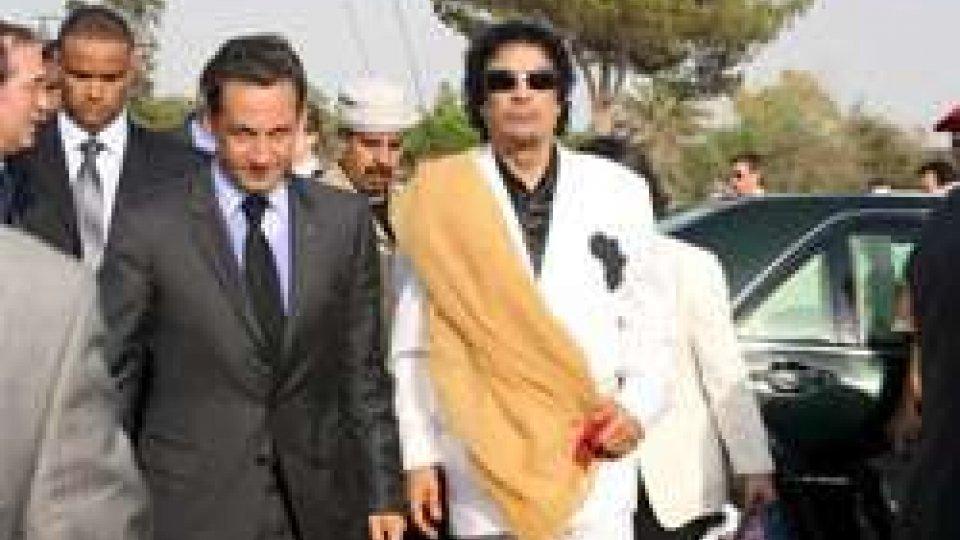 Nicolas Sarkozy e Muammar Gheddafi
