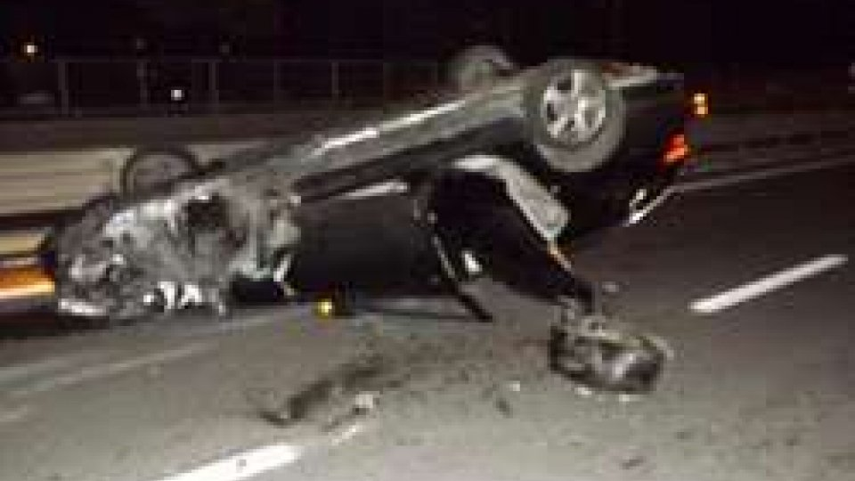 Rimini, auto si cappotta in strada: le cinture di sicurezza salvano la famiglia