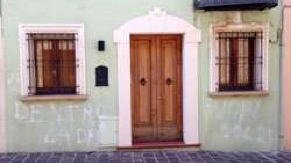 Atto vandalico sulla facciata della casa di Podeschi a SerravalleAtto vandalico sulla facciata della casa di Podeschi a Serravalle