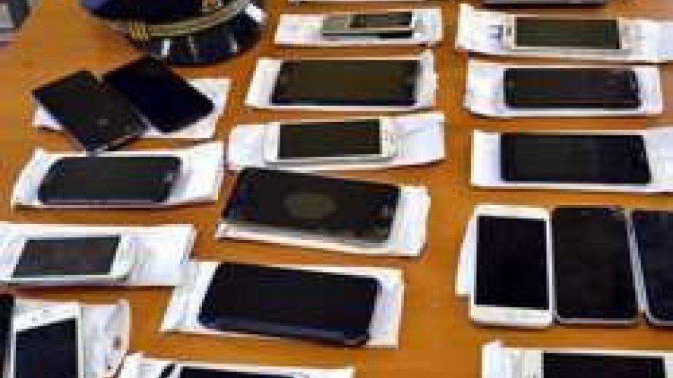 Borsone pieno di cellulari rubati